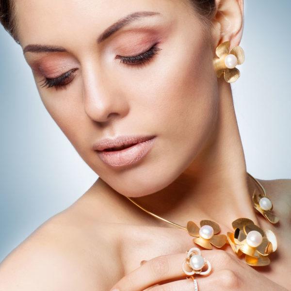Orecchini set oro14kt con perle di fiume e lavorazione satinata.Designer Gabriela Rigamonti