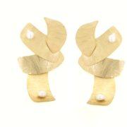Orecchini oro con perle fiume in oro 14kt con effetto satinato.Designer Gabriela Rigamonti
